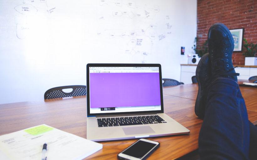 czas_wolny_biznes_laptop_nogi_na_biurku