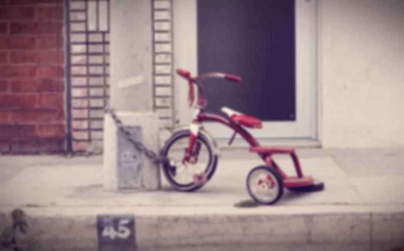 rowerek przypięty do słupa