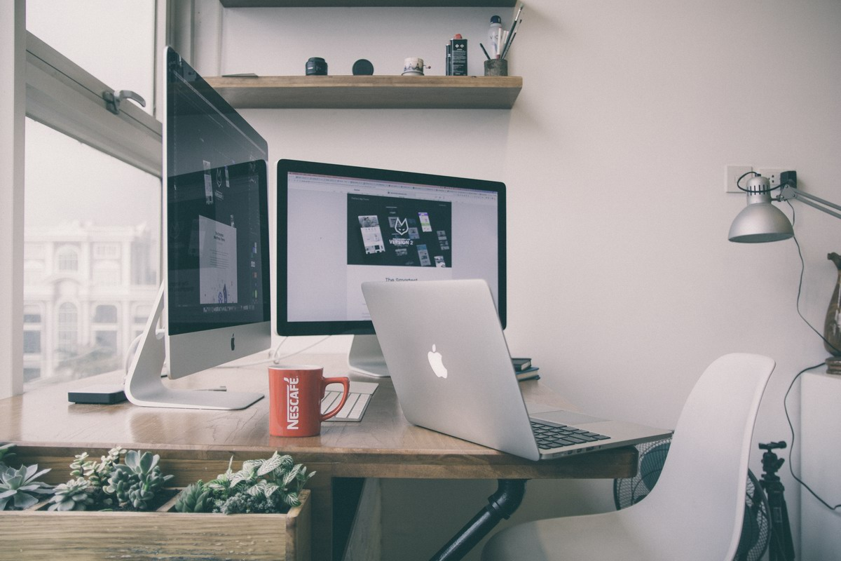 mac monitor biurko