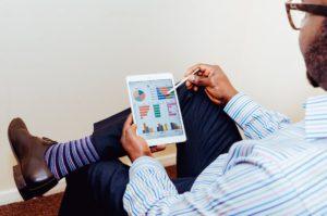 mężczyzna tablet przeglądający wykresy