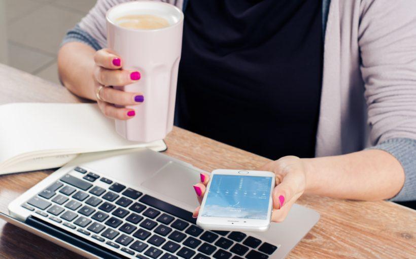 komórka laptop i kawa