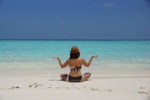 kobieta siedząca na plaży